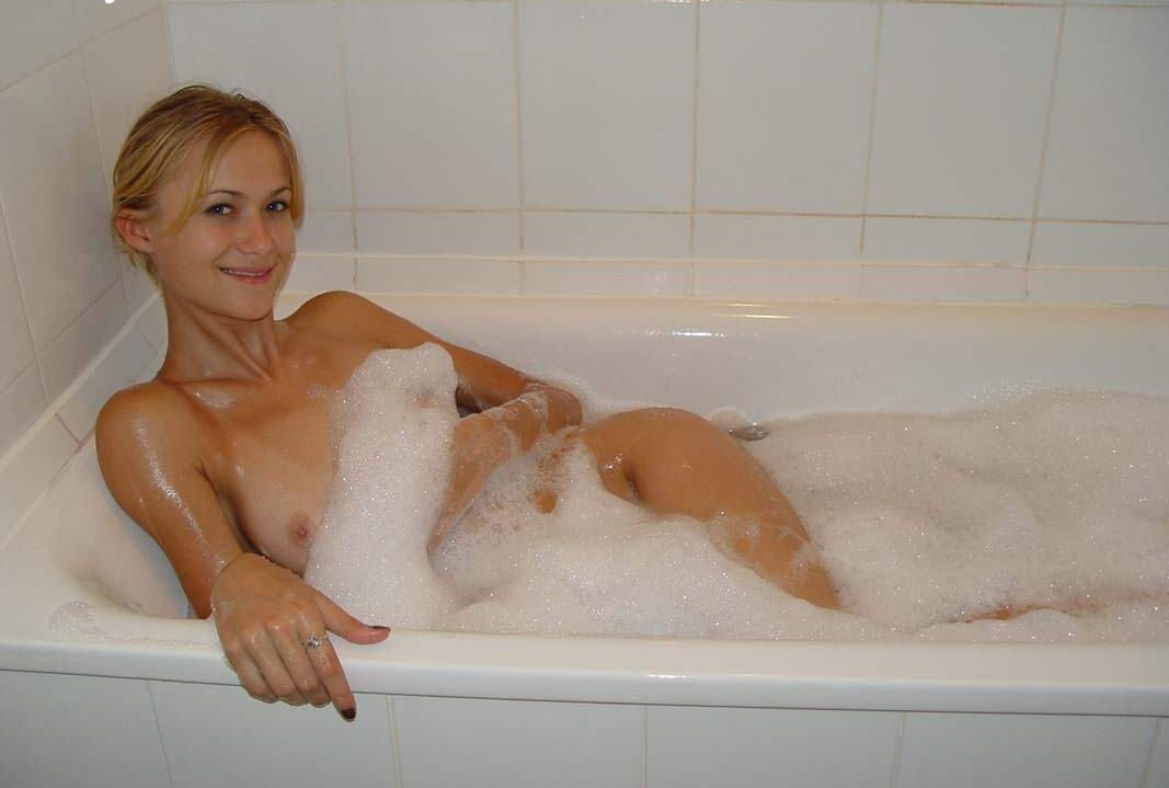хотел сказать девка моется в ванной меня